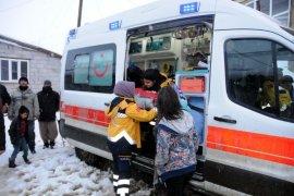 İran sınırındaki köyde doğum yapan kadına yetişebilmek için karla 5 saatlik mücadele