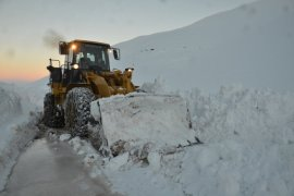 Yüksekova'nın köy yollarında kardan tüneller oluştu