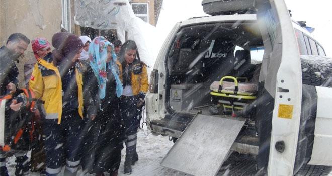 Yüksekova'da karla mücadele ekipleri doğum hastası için seferber oldu