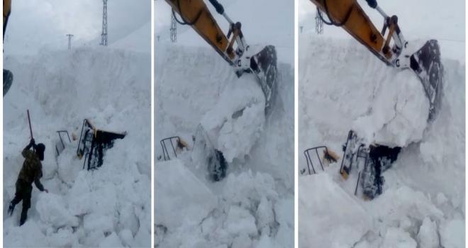 Kar yığınları arasında kalan kepçe çıkartıldı