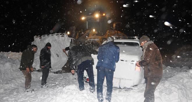 Yüksekova'da kar ve tipide mahsur kalan 40 kişi kurtarıldı