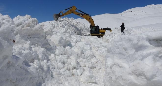 Yüksekova'da, karla mücadele çalışması