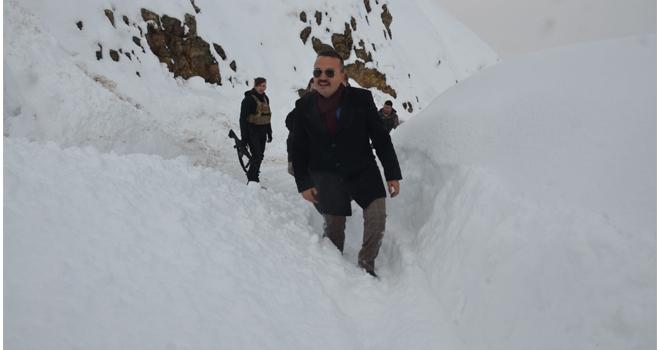 Yüksekova Kaymakamı, 5 saat yürüyerek üs bölgesine çıktı