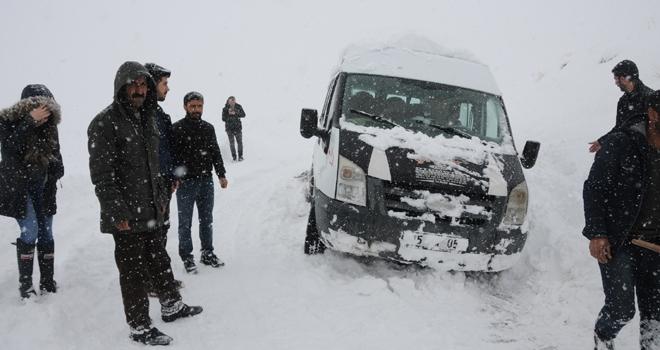 Yüksekova'da mahsur kalan öğretmenleri, karla mücadele ekipleri kurtardı