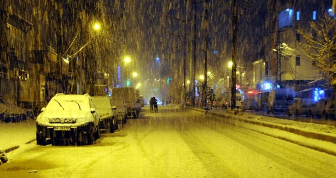 Yüksekova'da yılın ilk kar yağışı başladı