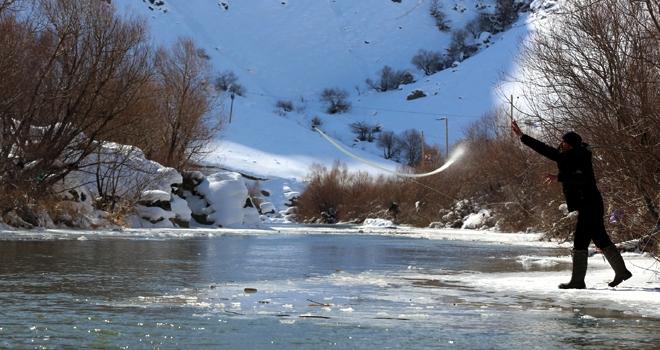Yüksekova'da Eksi 16 Derecede Balık Avı