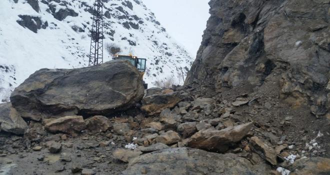 Yüksekova'da Yola kaya parçaları düştü