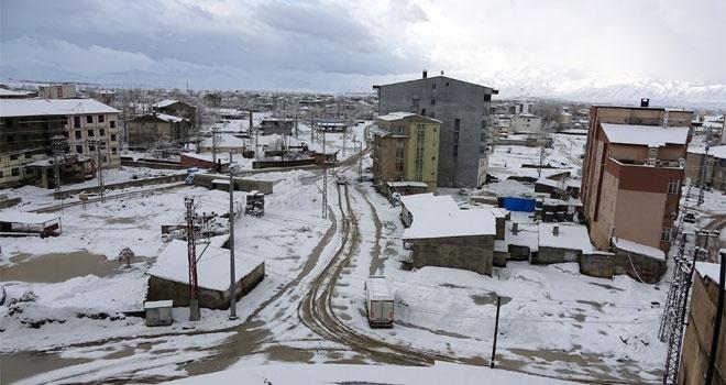 Yüksekova'ya nisan ayın kar yağdı